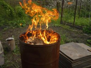 горящие угли в бочке