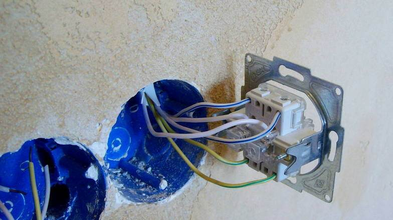 процесс монтажа выключателя в стену