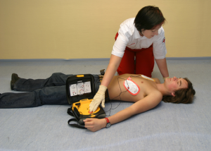 врач спасает пострадавшего после удара током