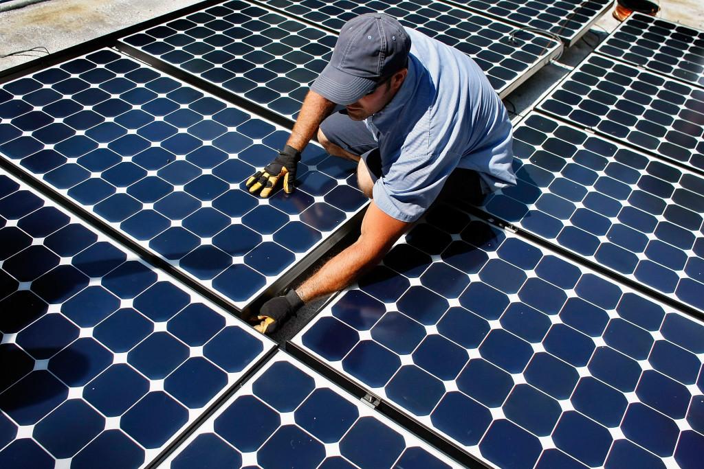 Мужчина собирает солнечную панель