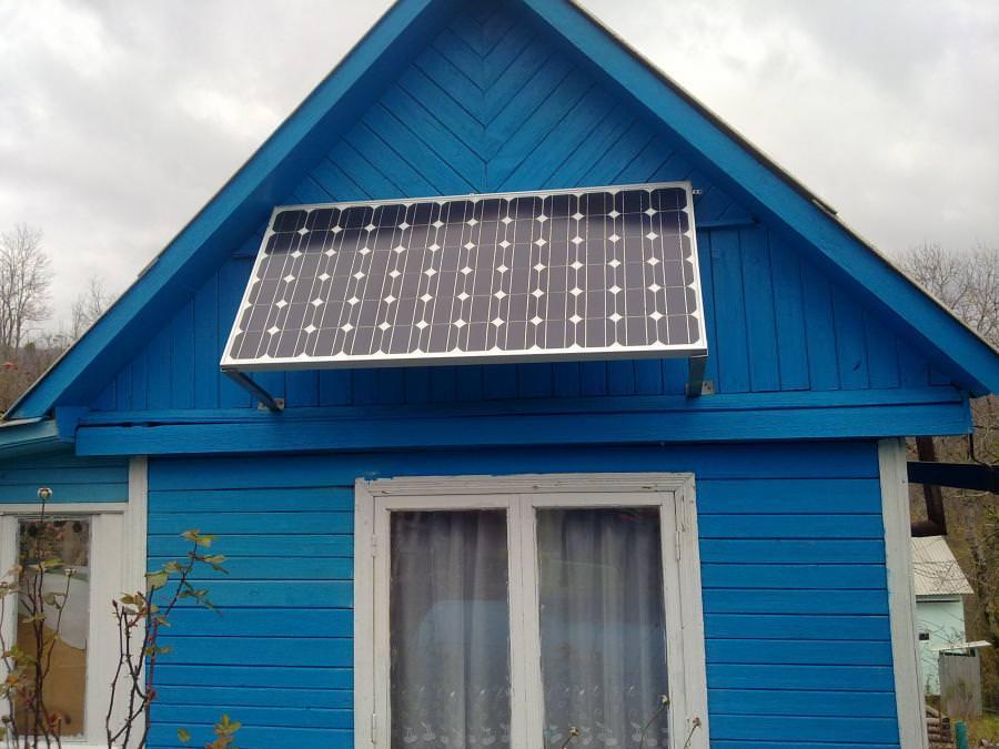 Солнечная электростанция на дачном домике